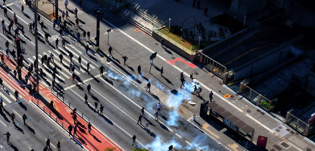 PM reprime protestos pela democracia na Avenida Paulista