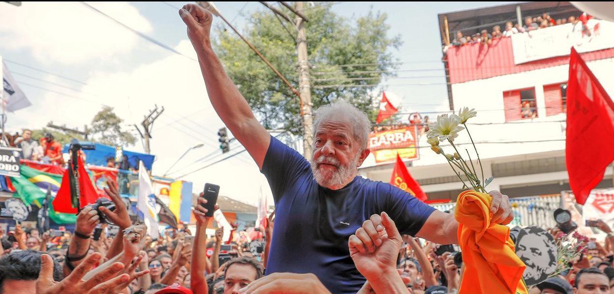 O ex presidente Luiz Inacio Lula da Silva no braço do povo depois da missa e discursos em frente ao sindicato dos metalurgicos no ABC. SP 07 04 2018