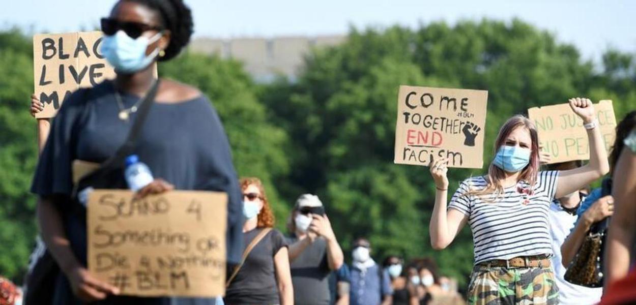 Na Holanda, pessoas participam de protesto pela morte de George Floyd. 02/06/2020