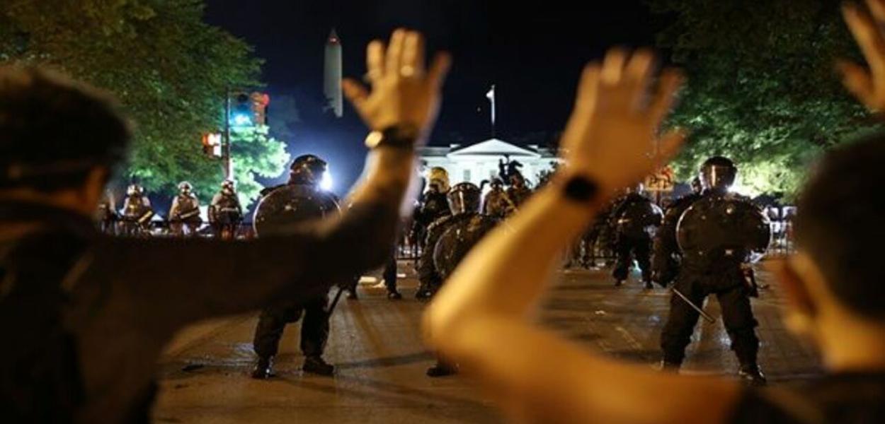 Manifestantes protestam em frente à Casa Branca