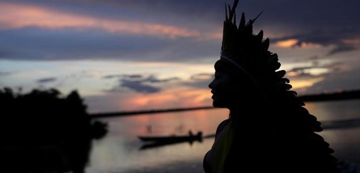 Líder indígena caminha próximo ao rio Xingu no Mato Grosso