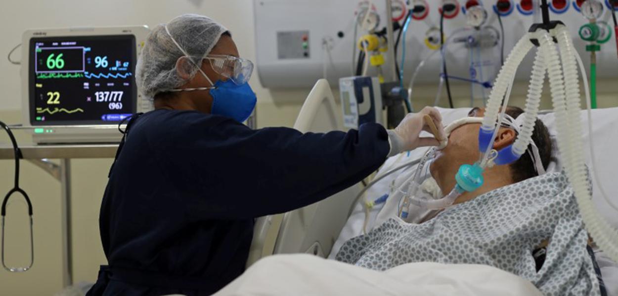 Enfermeira atende paciente da Covid-19 em hospital municipal em São Paulo