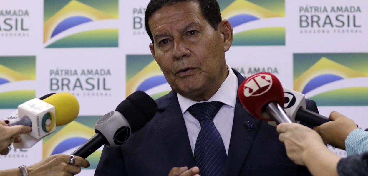 O presidente da República em exercício, Hamilton Mourão, concede entrevista à imprensa.