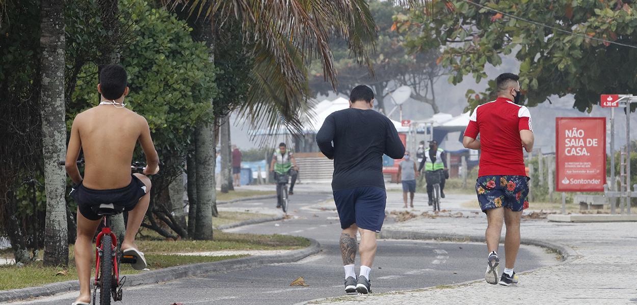 Rio de Janeiro - Esportistas na praia da Barra da Tijuca .