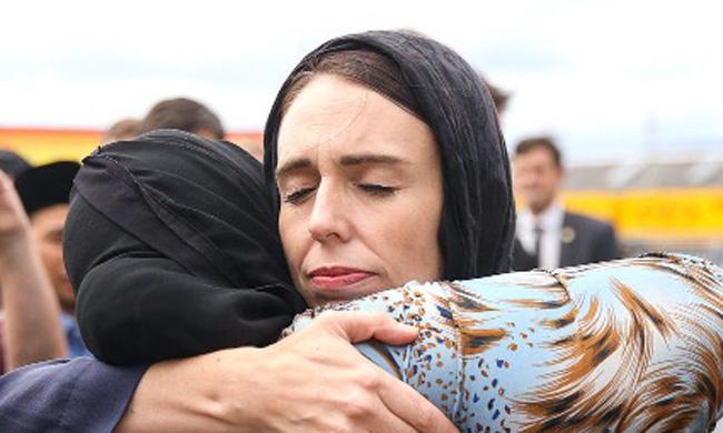 Jacinda abraça muçulmana neozelandesa
