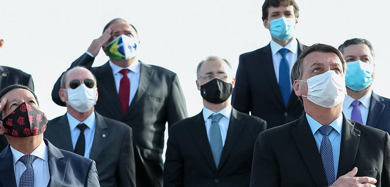 (Brasília – DF, 09/06/2020) O Presidente Jair Bolsonaro caminha ao lado de ministros para o Hasteamento da Bandeira Nacional.