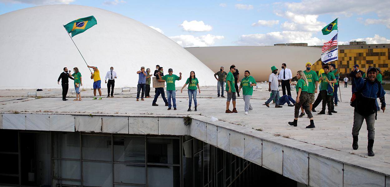 Manifestantes pró-Bolsonaro na área externa do Congresso Nacional, em Brasília 13/6/2020