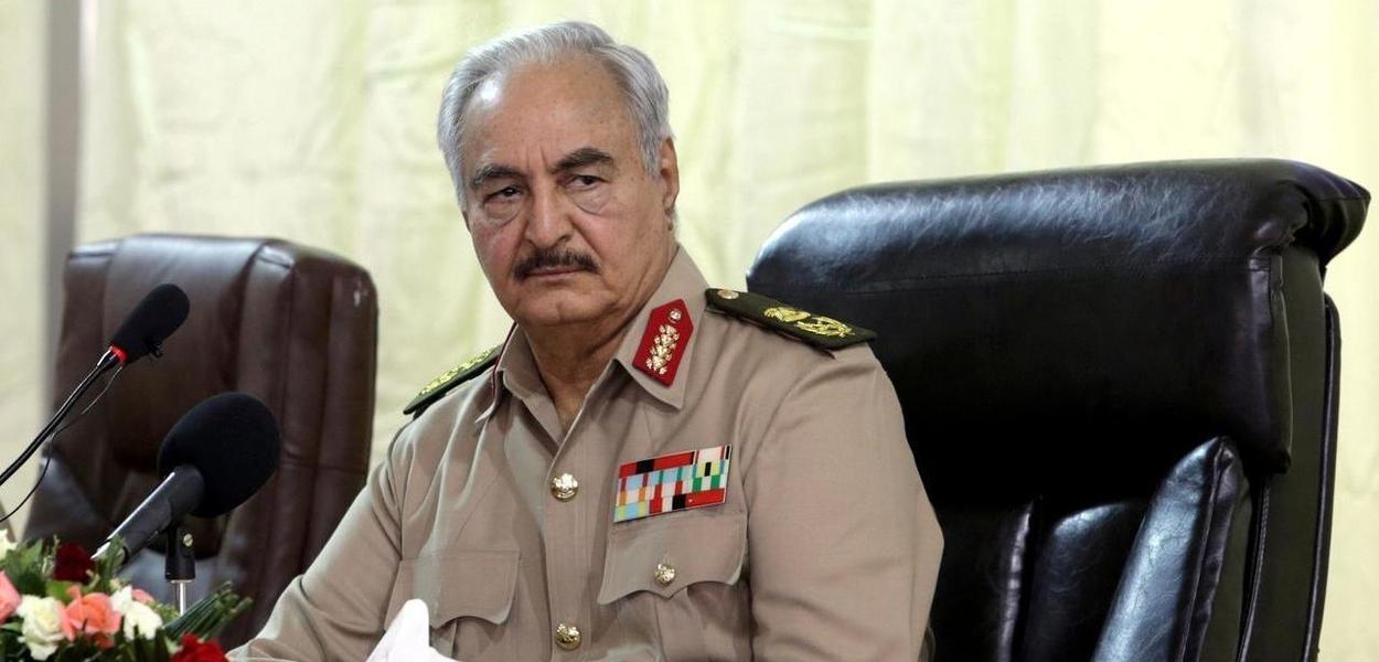 Marechal Khalifa Haftar perdeu o poder na Líbia e atualmente se encontra em uma posição difícil