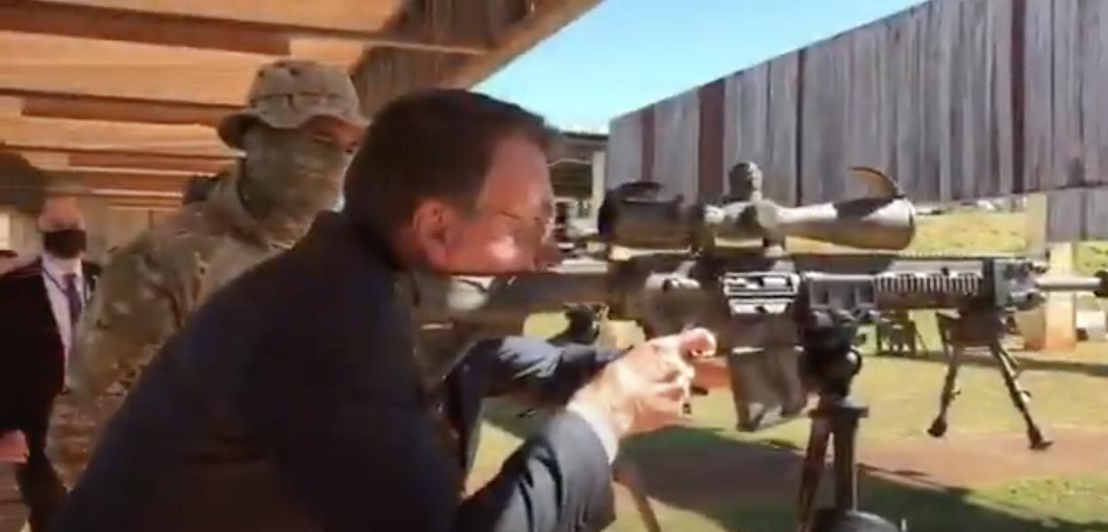 Jair Bolsonaro treina tiros em comando da PF