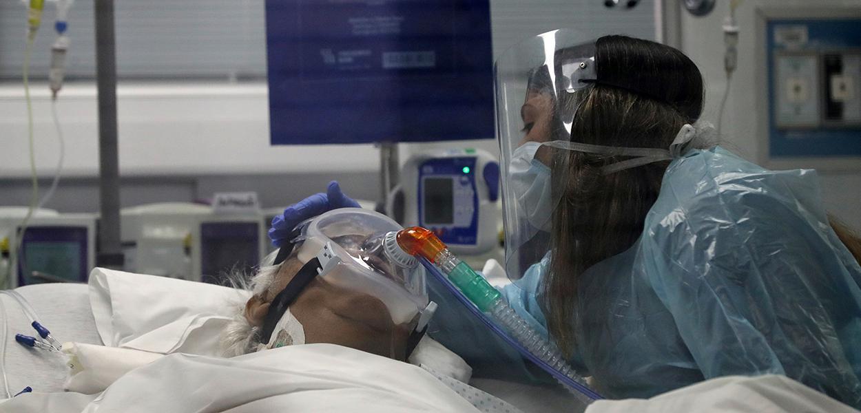 Um parente interage com um paciente de 76 anos, que foi infectado pelo coronavírus