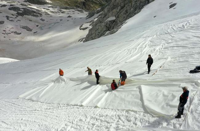 O trabalho exaustivo para cobrir a geleira Presena
