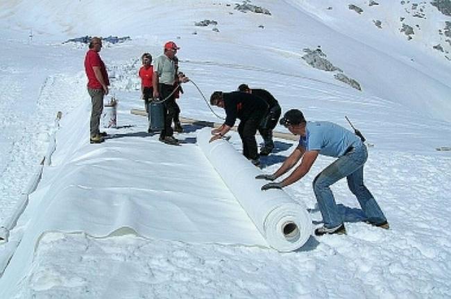 Operários envolvem o glaciar Presena em plástico