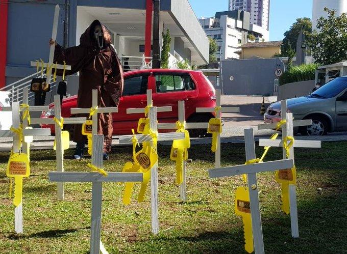 Protesto em frente a hospital em Curitiba pela reabertura do comércio