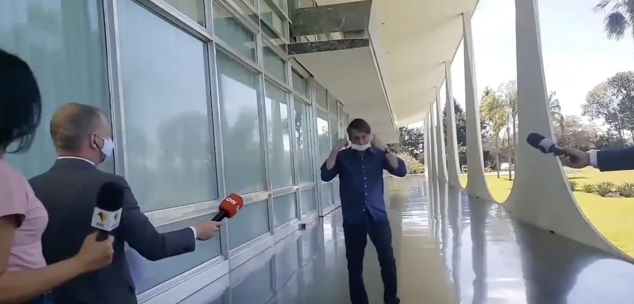 Bolsonaro tira a máscara em frente a jornalistas