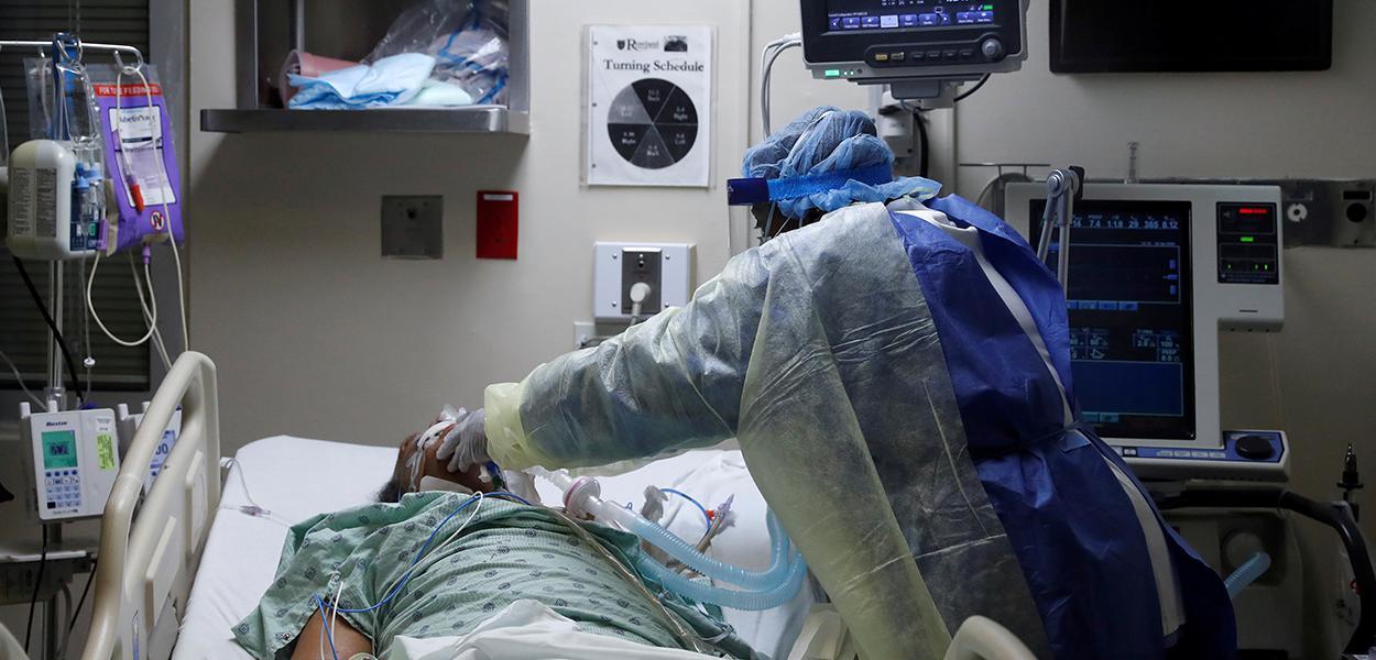 Enfermeira manuseia respirador em paciente com Covid-19 em UTI de hospital em Chicago, nos EUA 22/04/2020