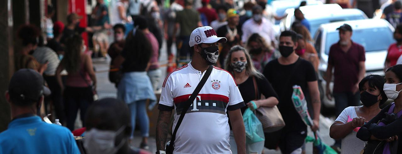 Pessoas com máscaras de proteção contra o coronavírus em região comercial de São Paulo (SP)