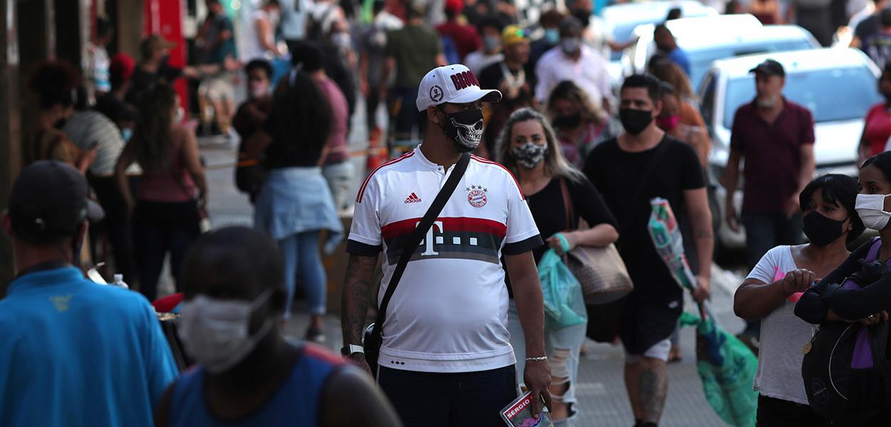 Pessoas com máscaras de proteção contra o coronavírus em região comercial de São Paulo (SP).