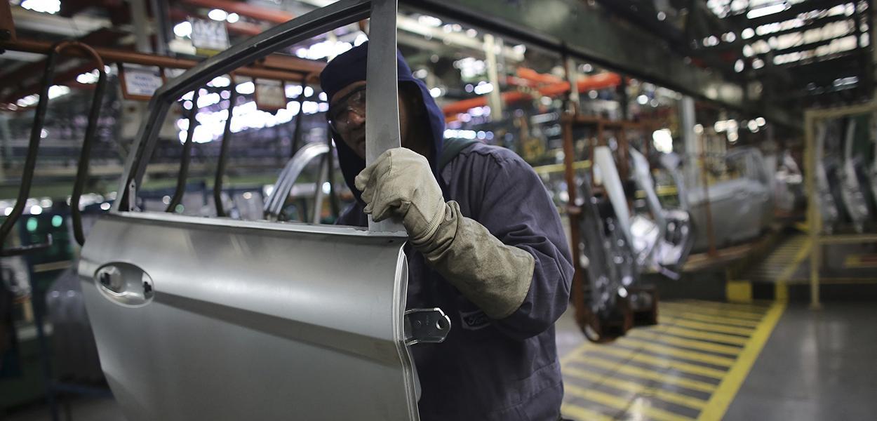 Linha de produção em fábrica da Ford em São Bernardo do Campo (SP).