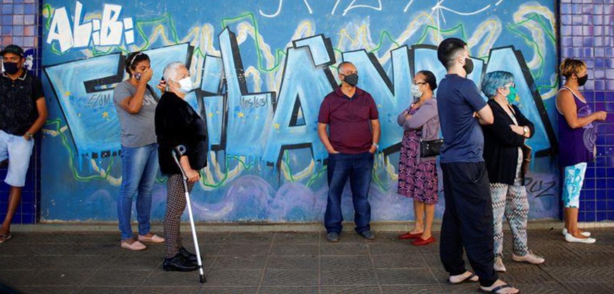 Moradores de Brasília aguardam em fila de banco