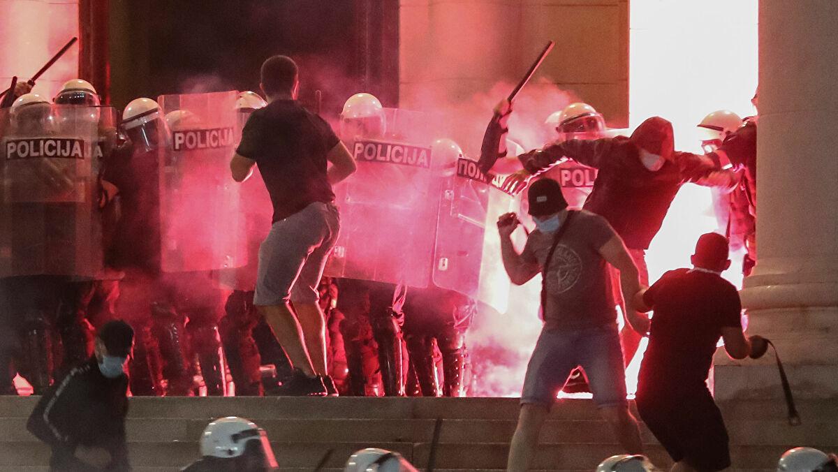 Protesto na Sérvia contra restrições durante a pandemia