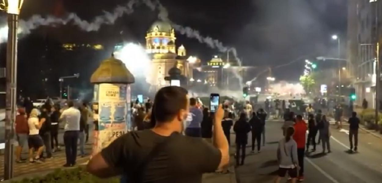 Sérvios vão às ruas contra governo