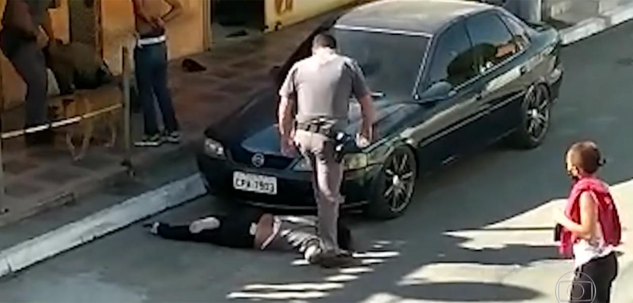 Policial militar pisando no pescoço de uma mulher negra de 51 anos na Zona Sul de SP.