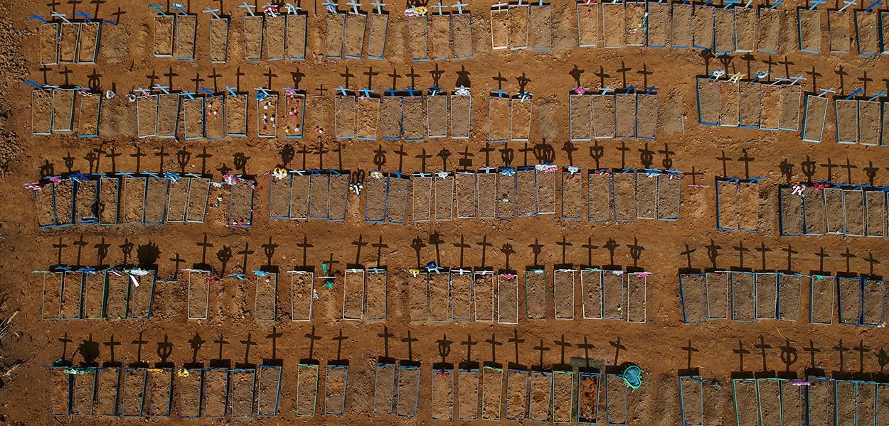 Vista aérea de cemitério em Manaus