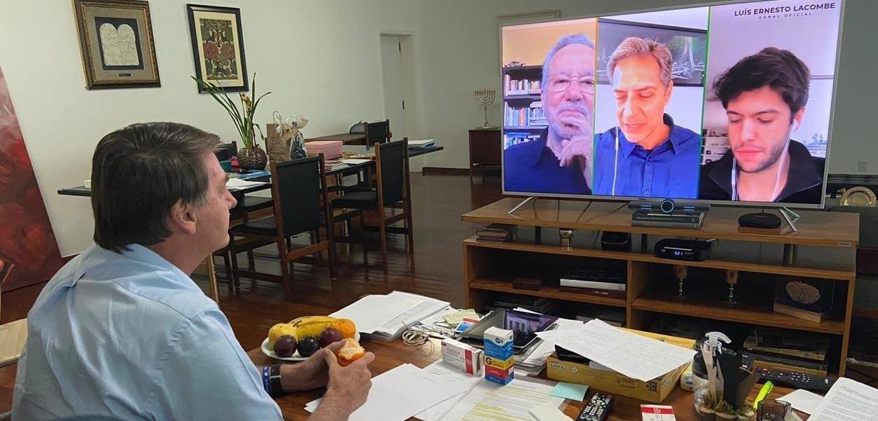 Bolsonaro posta foto assistindo a live de apoiadores