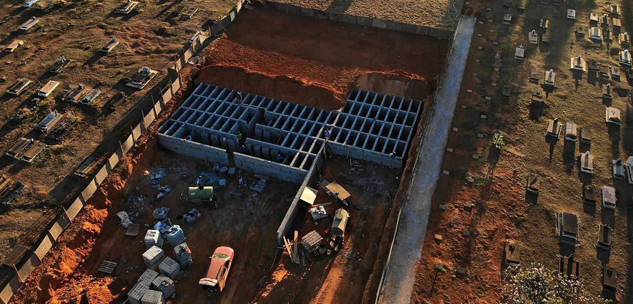 Operários preparam covas em cemitério de Taguatinga, em Brasília, durante a pandemia de Covid-19 16/07/2020