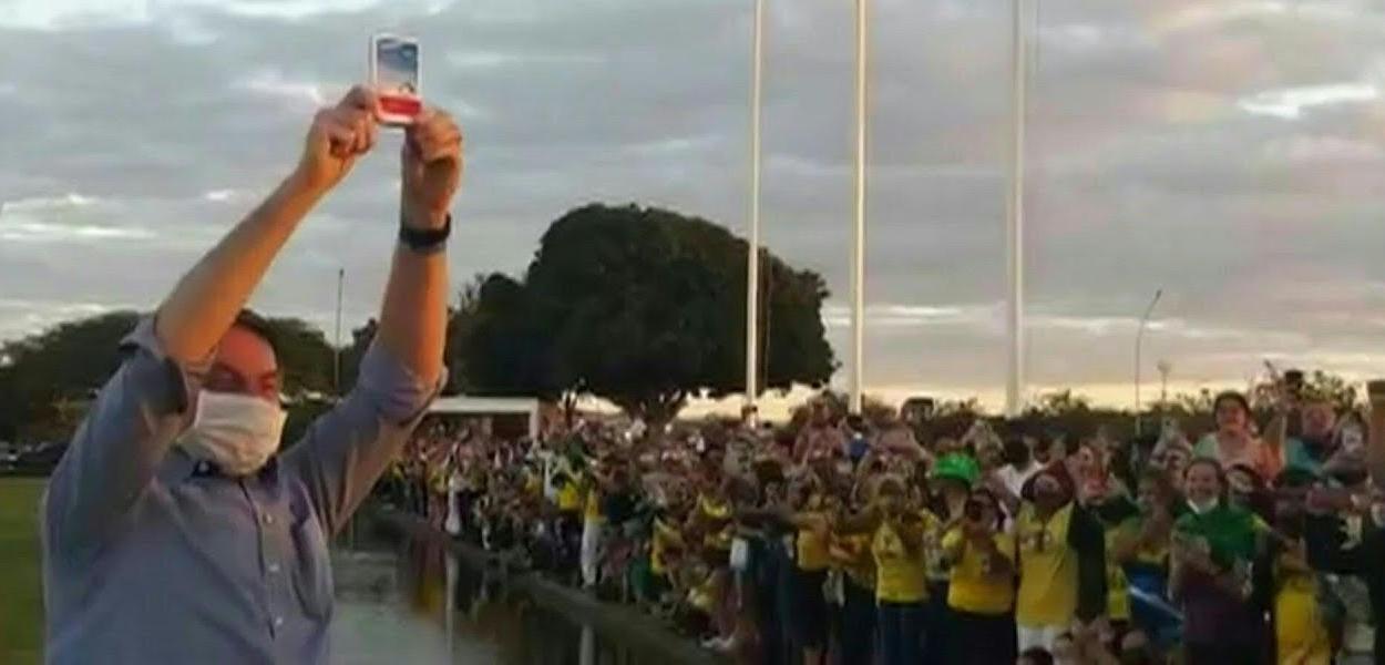 Bolsonaro mostrando uma caixa de cloroquina