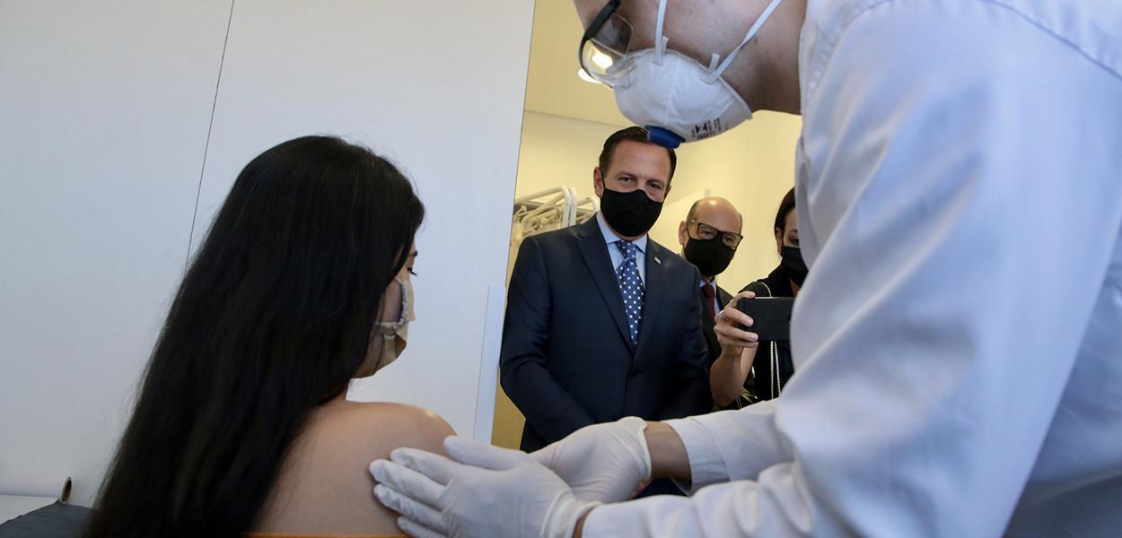 Governador do Estado de São Paulo, João Doria, acompanha aplicação da primeira dose da vacina Coronovac no Hospital das Clínicas de São Paulo.