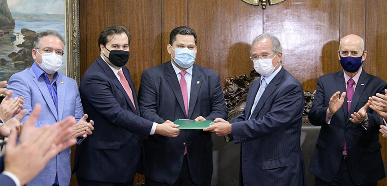 Guedes leva proposta de reforma tributária ao Congresso