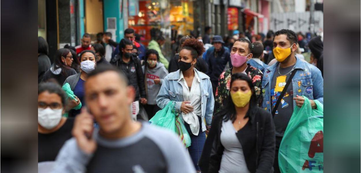 Pessoas com máscaras faciais no comércio popular de São Paulo