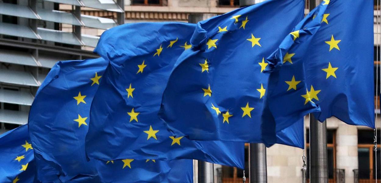 Bandeiras da União Europeia na sede da Comissão Europeia em Bruxelas, na Bélgica 06/03/2019