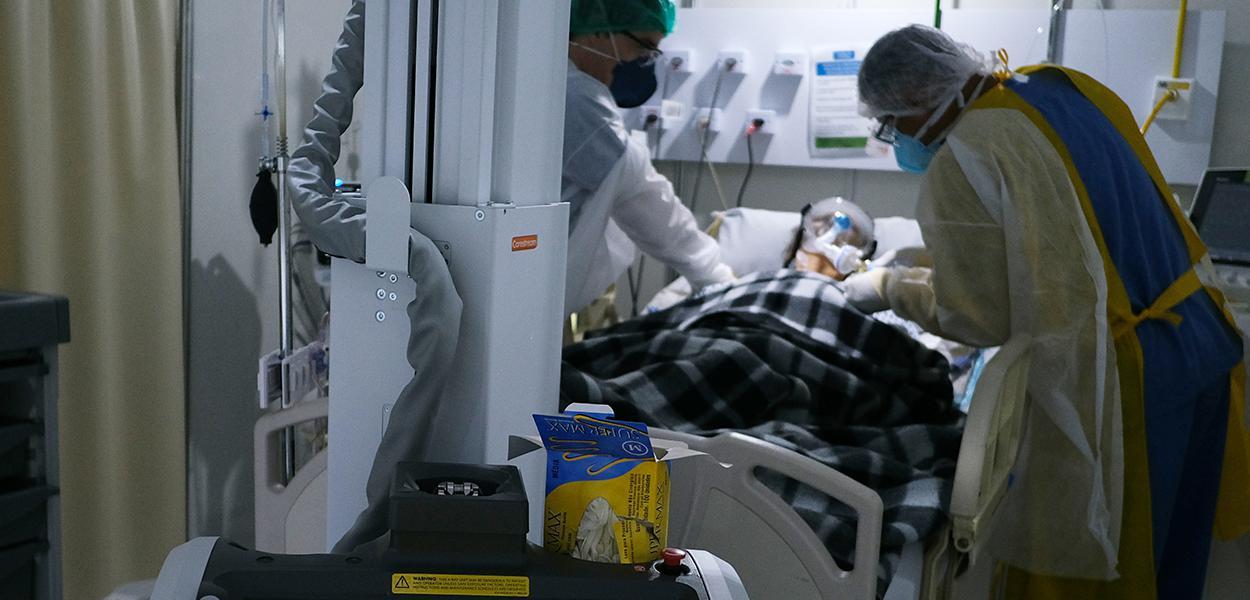 Paciente com Covid-19 em hospital de campanha no Rio de Janeiro (RJ)