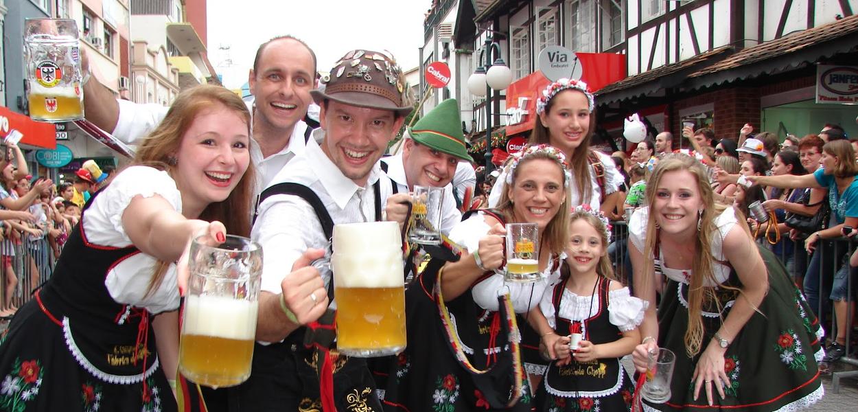 Loira bebe cerveja na Oktoberfest em Blumenau