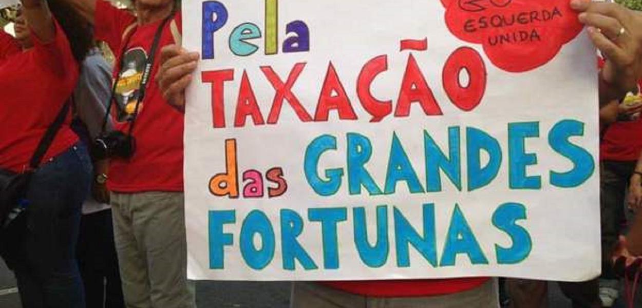 Manifestante protesta pela taxação de grandes fortunas