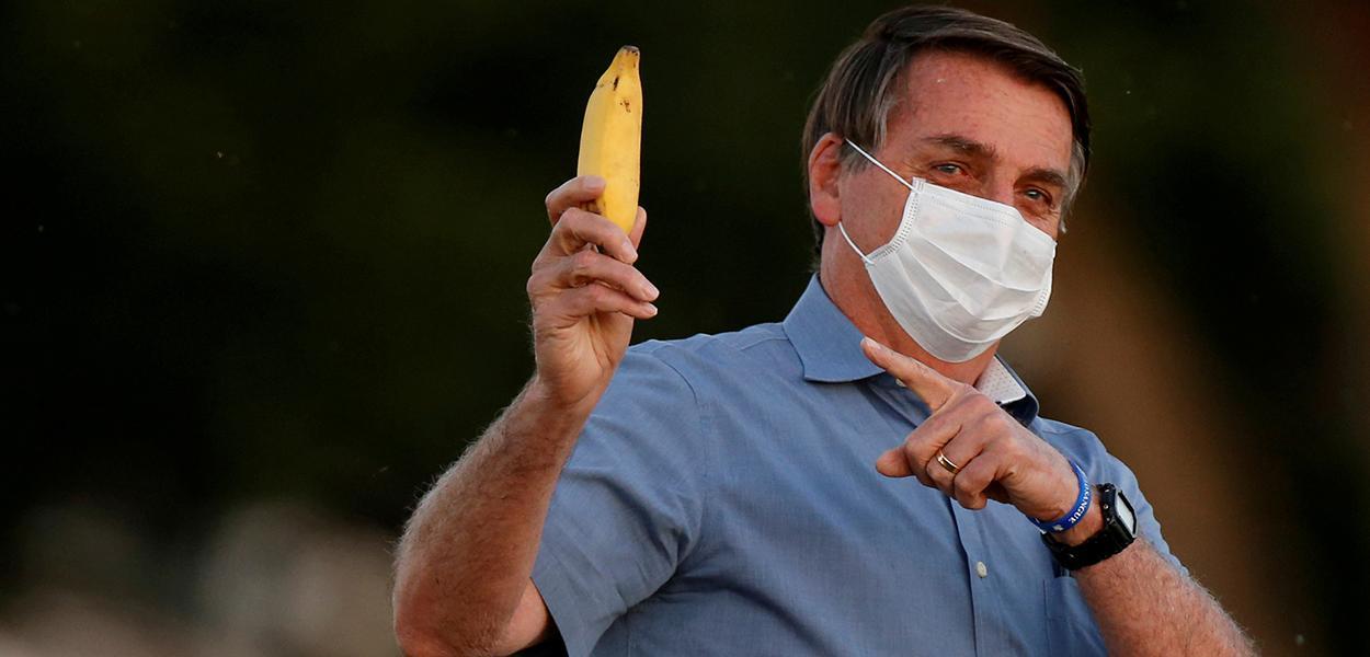 Jair Bolsonaro segura banana no Palácio da Alvorada