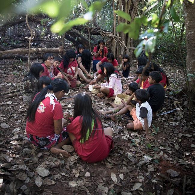 Mulheres Ypeng na floresta