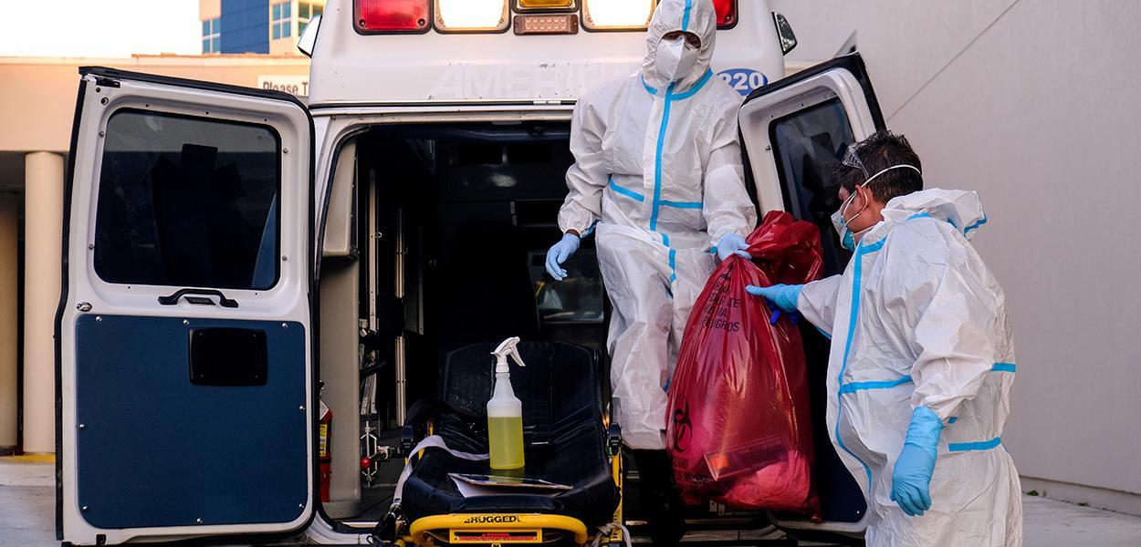 Equipe de limpeza do lado de fora de hospital onde pacientes de Covid-19 recebem tratamento na Flórida