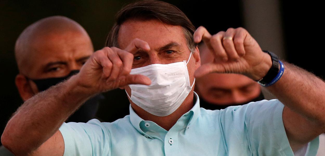 Jair Bolsonaro gesticula para apoiadores no Palácio da Alvorada, em Brasília