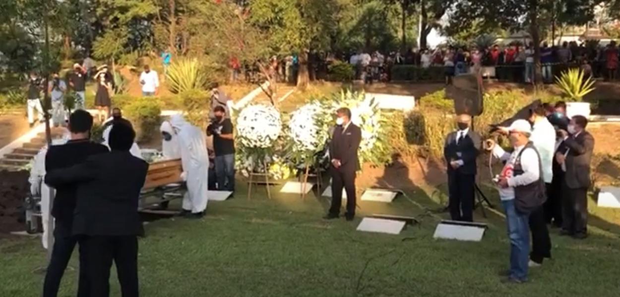 Enterro de pastor bolsonarista causa aglomeração em Cuiabá