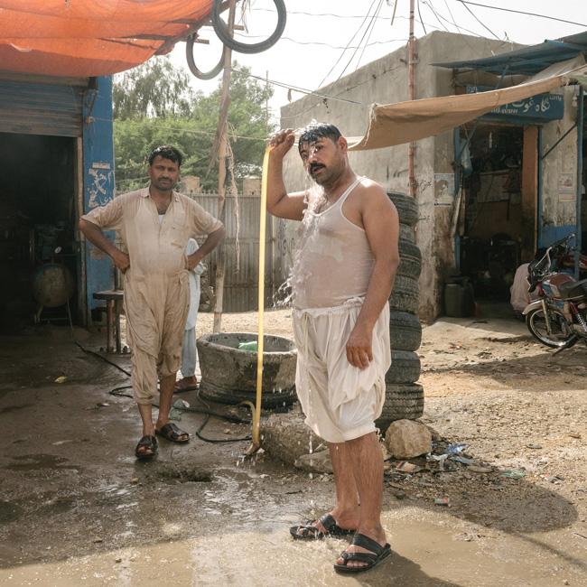 Chuveiro no meio da rua, em Jacobabad, Paquistão