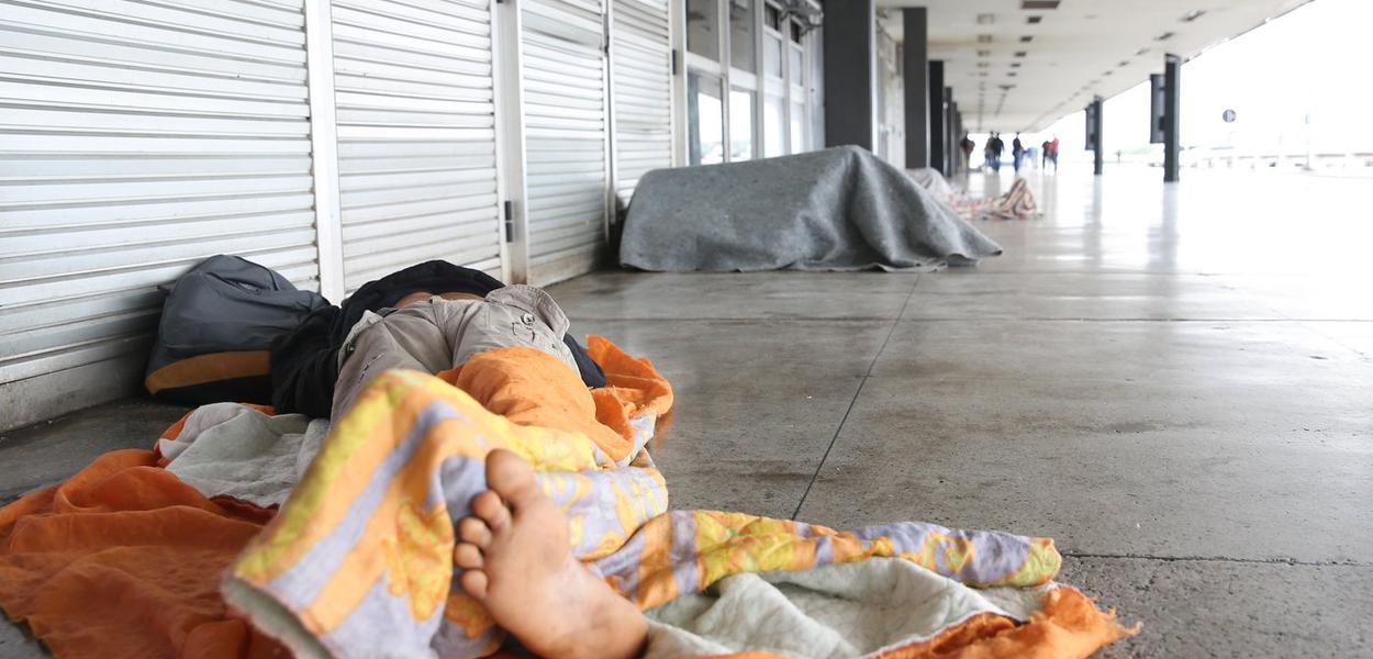 Vários moradores de rua estão sem receber auxílio do governo