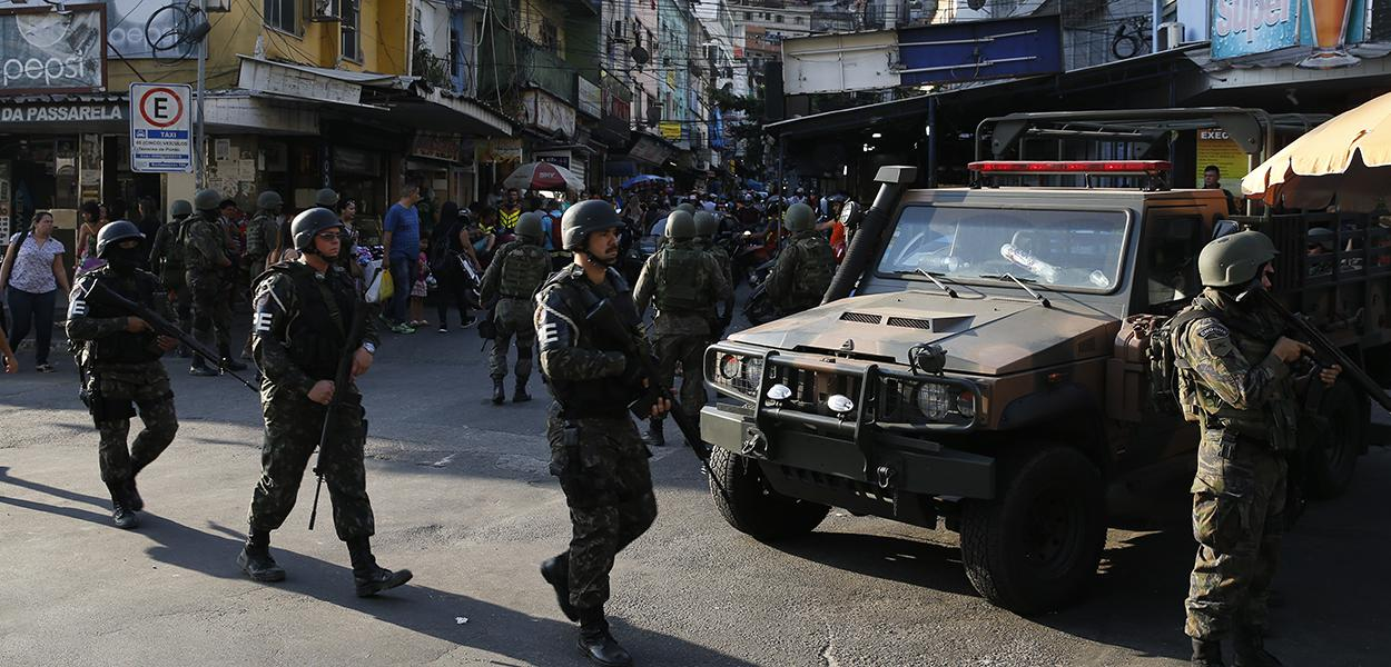 Militares operando na favela da Rocinha para combater confrontos entre facções de traficantes de drogas