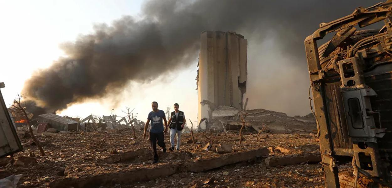Bombeiros trabalham em área atingida por explosão em Beirute