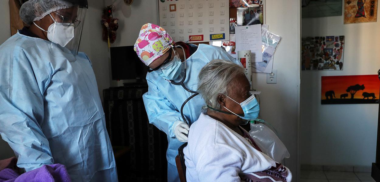 Profissionais de saúde examinam paciente em São Paulo