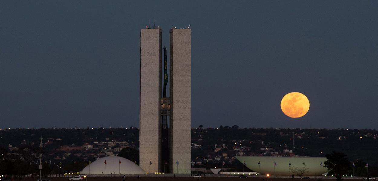 Fachada do Congresso Nacional, a sede das duas Casas do Poder Legislativo brasileiro, em noite de lua cheia. 4 de agosto de 2020