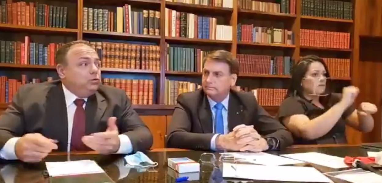 Jair Bolsonaro ao lado de Eduardo Pazuello durante live