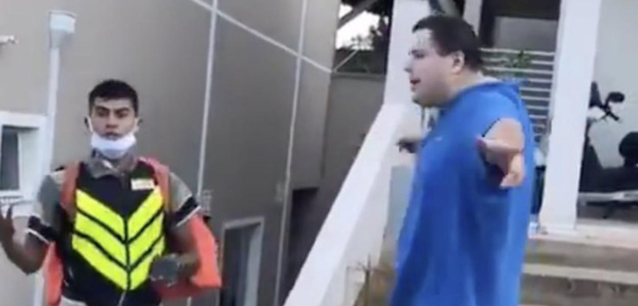 Rapaz faz ataques racistas contra motoboy em SP